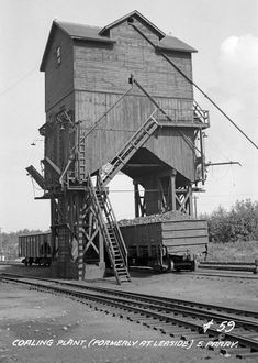 This is the coaling plant after relocated to South Parry. July 1934 Canadian National Railways/James A. Canadian National Railway, National Railways, Train Posters, Photos Originales, Railroad History, Old Trains, Model Train Layouts, Steam Locomotive, Train Tracks