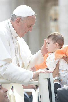 O Advento é um caminho para Belém. Deixemo-nos atrair pela luz de Deus feito homem. Pope Francis