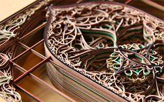 Eric Standley creëert uit honderden lagen laser gesneden papier zijn sculpturen geïnspireerd op gotische en islamitische architectuur.