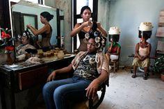 Vor Weihnachten wollen alle noch mal zum Friseur. Denn Haare sind mehr als nur Frisuren: Sie stiften Identität. Diese Magnum-Bilder ehren die Retter unserer Köpfe.