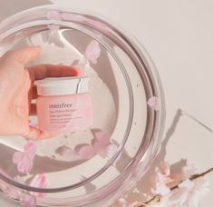 A light-weight moisturising cream with a toning effect to brighten your skin tone without dehydrating it. Innisfree's Jeju Cherry Blossom Tone-Up Cream leaves you with moist, replenished and healthy skin! Lip Care, Body Care, Hand Photography, Product Photography, Photography Ideas, Cream Aesthetic, Asian Makeup, Photo Makeup, Innisfree
