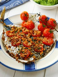 Κολιοί στο φούρνο με ντοματίνια και πουρέ αρακά