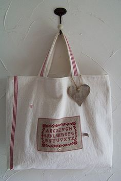 Sampler on a sewing bag Sewing Art, Love Sewing, Sacs Tote Bags, Reusable Tote Bags, Couture Lin, Couture Sewing, Linen Bag, Cotton Bag, Handmade Bags