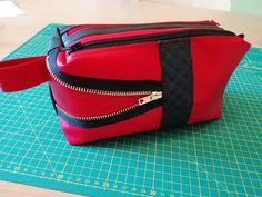 Trousse Zip-Zip rouge customisée de Chantinou - Patron Sacôtin