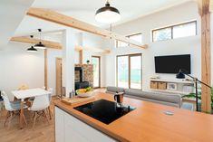 V interiéru je patrný sklon k jednoduchosti. Převládá bílá, šedá a černá v kombinaci se dřevem a cihlou.