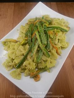 Pasta con pesto di zucchine e fiori di zucca