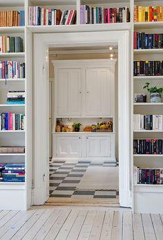 Interior. Estanterías. Libros.