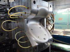 Résultats Google Recherche d'images correspondant à http://www.domusweb.it/content/dam/domusweb/en/interviews/2012/01/13/konstantin-grcic-the-pro-chair-for-students/big_371567_7466_Manufacturing-process_P10401083.jpg