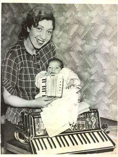 Edna Cecil, eine der führenden Akkordeonistinnen 1937 in London - mit ihrem Sohn, der mit einem Mini-Akkordeon angeregt werden soll, seiner Mutter nachzueifern.