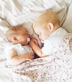 Two beautiful babies, probably brother and sister! Cute Little Baby, Little Babies, Cute Babies, Twin Pictures, Newborn Pictures, Irish Twins, Baby Hands, Baby Family, Baby Fever