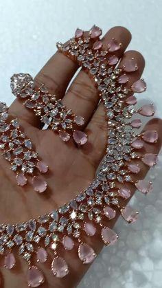 Indian Bridal Jewelry Sets, Indian Jewelry Earrings, Fancy Jewellery, Jewelry Design Earrings, Gold Earrings Designs, Gold Jewelry, Beaded Jewelry, Antique Jewelry, Bridal Jewellery