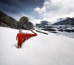 Hundreds of Mountaineers Scale Alps for Amazing Photoshoot - by Robert Bösch (2/15)