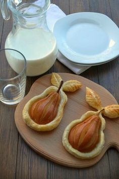 This golden delicious pears in puff pastry recipe is a simple but elegant dessert that is delightfully flaky and naturally sweet ! Pears are an often Pear Dessert, Puff Pastry Recipes, Desert Recipes, Creative Food, Creative Ideas, Diy Food, Food Inspiration, Love Food, Cooking Recipes