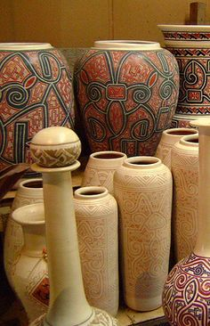 The ceramic marajoara is generally characterized by the use of red paint or black and white. One of the most widely used techniques for ornamental ceramics this is the champlevé or high field, where embossed designs are achieved through decal designs on a smoothed surface and then excavating the area unmarked.