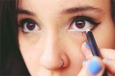 Abra o olhar aplicando lápis branco na linha d'água. | 26 truques rápidos de maquiagem que vão facilitar a sua vida