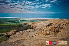 Vista panorámica de la Huaca de los Ídolos en el sitio arqueológico de Áspero en Supe Puerto