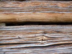 De structuur is het hout en de factuur is dat van het hout planken zijn gezaagd waarvan uiteindelijk een hutje is gebouwd. Deze hut staat op een berg in Oostenrijk en heb ik zelf gefotografeerd.