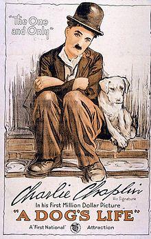 Affiche montrant Charlot l'air triste assis sur un muret en briques à côté d'un petit chien blanc.