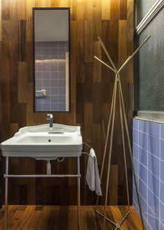 Conforto e praticidade. Veja: http://www.casadevalentina.com.br/projetos/detalhes/para-temporadas-na-cidade-621 #decor #decoracao #interior #design #casa #home #house #idea #ideia #detalhes #details #style #estilo #casadevalentina #bathroom #lavabo #banheiro