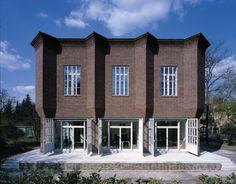 """<span class=""""bildunterschrift"""">Das Haus K, ein ehemaliges Gleichrichterwerk aus Rathenower Ziegel, erbaut von Hans Müller in den zwanziger Jahren, ruht – aus der Bauflucht zurückgesetzt – auf einem flachen Sockel.       <br />© Fotograf Stefan Müller</span> <br />"""
