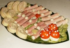 Szilveszteri hidegtál Meat Recipes, Recipies, Cold Dishes, Egg Decorating, Finger Foods, Sushi, Sausage, Bacon, Appetizers