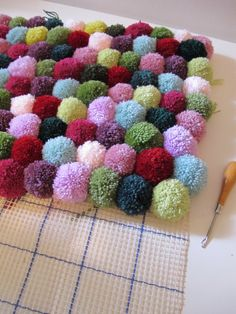Pom Pom rug would be nice texture and lots of bright colours for baby Diy And Crafts Sewing, Crafts To Sell, Home Crafts, Diy Crafts, Diy Broderie, Pom Pom Rug, Pom Poms, Origami, Pom Pom Crafts