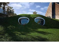 Hobbit House by Simon Dale - The world of J. Tolkien has captivated readers for generations, so much so that projects like this Hobbit House by Simon Dale have been cropp. Hobbit Hole, The Hobbit, Casa Hobbit, Architecture Organique, Earth Sheltered Homes, Underground Homes, Underground Living, Atlantic Beach, Unusual Homes