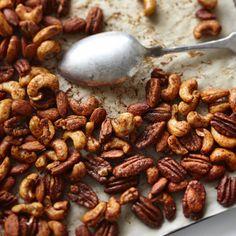 Préparation: 5 minutes Cuisson: 15 minutes Donne 750 ml (3 tasses) Ingrédients 1 blanc d'œuf 1 c. à thé de sucre 1/2 c. à thé de sel 1 pincée de cannelle 1 pincée de poudre de chili ou paprika fumé 750ml (3tasses) de noix non salées (pacanes, amandes et noix de cajou, ou autres) Instructions …