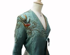 Cersei, Season 2: Here we have one of Cersei's more colorful dresses. This bird embroidered dress has an incredible amount of detail, seen below. This dress actually premiered in Season 1.