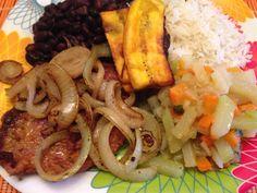 """""""Casado"""" Así le decimos en Costa Rica a esta comida completa: arroz, frijoles, plátano maduro y bistec encebollado"""