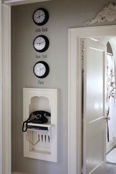 telephone nook! the house i grew up in had one of these. <3 vintage love.