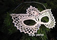 Would love to make this crochet mask in red or black for Mardi Gras --maybe add some beads, jewels or feathers?  Oh my!!!