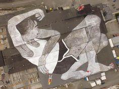 Le duo de street artists français Ella & Pitr viennent de réaliser ce qui est annoncé comme la plus grande création street art du monde, en peignant un gigantesque personnage allongé de 21 000 m2 sur les toits du Block Berge Bygg dans la ville de Klepp en Norvège. Une impressionnante création visible du ciel, réalisée dans le cadre du festival de street art Nuart Festival. Nous avions déjà parlé du duo Ella & Pitr avec leur série Sur les Toits et leur vidéo Par Terre. Et si vous aimez le…