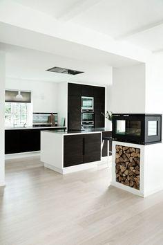 Snedkerkøkken i røget eg, stål og hvide rammer - Køkkenskaberne