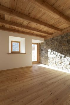 Rustikale Holzdecke schafft ein Hygge-Gefühl Image 15 of 31 from gallery of Alpine Barn DZ / EXiT architetti associati. Photograph by Alberto Sinigaglia Chalet Interior, Home Interior Design, Interior Architecture, Metal Building Homes, Building A House, Pole Barn Homes, House Plans, Sweet Home, Design Case