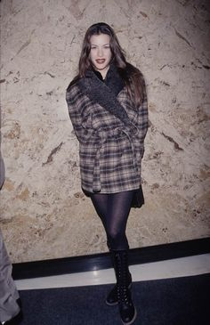 Liv tyler is the ultimate babe in doc martens and a flannel Hip Hop Outfits, Cool Outfits, Fashion Outfits, Fashion Tips, Fashion Trends, Fashion Shorts, Women's Fashion, Grunge Outfits, 90s Fashion Grunge