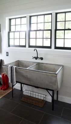 Rustic farmhouse laundry room decor ideas (45)
