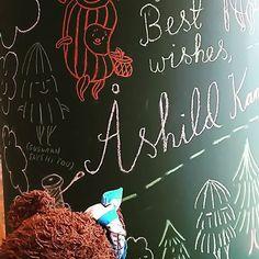 キュッパをかいたせんせいのサイン! キュッパのひだりにいる、もみの木の『ググラン』もとってもかわいい🎄💓 Autograph of the author!  bear#teddybear#thebearsschool #nounours #orsacchiotto #kubbe #Museum #japan #toyworld #softtoy#kawaii #くまのがっこう #くま #くぅ太 #ぬいぐるみ #ぬい撮り #キュッパ #キュッパのびじゅつかん #學校小熊