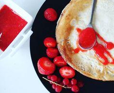 Goooood morning! !!! Feels like weekend - pancakes 😊 Had nog wat aardbeien over dus rode saus is daarvan gemaakt. Enjoy your day 😉 #goodfood #lekkereten #eatwell #breakfast #summervibes #pancakes #ontbijt #pannenkoeken #momtobe #pregnant #mommytobe #zwanger #zwangerschap #pregnancy #blogger #withalice #blog #instafood
