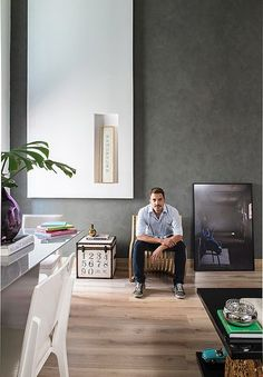 A boa iluminação natural do loft do arquiteto Ricardo Brito permite o uso de cores escuras sem o perigo de diminuir o ambiente. Ele criou um painel de gesso para valorizar o pé-direito duplo