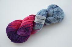 Handgefärbte Sockenwolle lila Wolken von Wollträume auf DaWanda.com