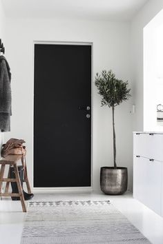 Check out this selection of Scandinavian Home Design Ideas. We know that summer days are not over and that fall is a reality you don't want to start living yet. Decoration Entree, Turbulence Deco, Interior Decorating, Interior Design, Decorating Ideas, Interior Shop, Nordic Interior, Studio Interior, Black Doors