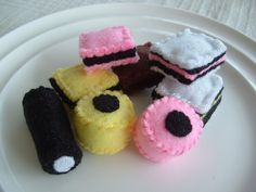 Super adorable felt licorice All Sorts (they're missing my favourite type though - the one with tiny round sprinkles on top). #felt #crafts #food #felt_food #DIY #cute #kawaii