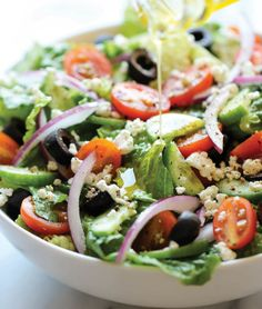 A Greek Salad is a quick, no-cook meal that is both healthy and delicious. This Greek Salad recipe gets paired with a Lemon Vinaigrette. Add the vinaigrette ingredients to your Evo and shake to mix. Easy Greek Salad Recipe, Greek Salad Recipes, Easy Salad Recipes, Easy Salads, Healthy Salads, Summer Salads, Diet Recipes, Healthy Eating, Cooking Recipes
