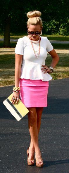 Look super elegante e feminino... saia rosa, quase lápis, com blusa peplum (adoro) branca. O coque donut, o salto alto, a clutch e todos os acessórios caíram bem com o visual.