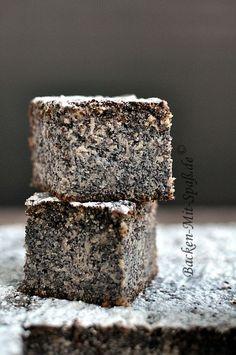 Gâteau au pavot parfumé à l'amande amère, très moelleux grâce aux pommes râpées et à l'utilisation de semoule - Saftiger Mohnkuchen mit Äpfeln