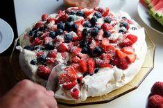 Pavlova Oppskrift - En kake til enhver smak og anledning Banoffee Pie, Creme Brulee, Hygge, Yummy Treats, Waffles, Sweet Tooth, Food And Drink, Sweets, Wellness