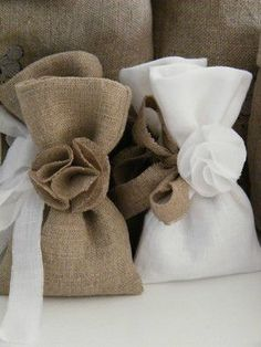 Fabric Ideas Gift wrapping idea - Create little bags out of leftover fabric to make these delightful little pouches for small gifts Burlap Projects, Burlap Crafts, Lavender Bags, Lavender Sachets, Creative Gift Wrapping, Creative Gifts, Sewing Crafts, Sewing Projects, Burlap Bags