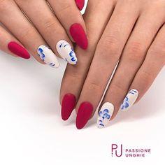 #Nailart Floreali  .  Prodotti utilizzati  - Struttura #CreamyBuilder.  - #A124Passione.  - #SoftTouch.  .  Per le decorazioni:  #F31RoyalBlue, #F01PureWhite, Polvere Glitter #SugarDream.  .  .  .  #nail #nails #magicnails #gelnails #gelcolor #white #red  #naildesign #spring #primavera #flower #flowers #fiori  #instanails #nailstagram #nailstyle #geluv #uñas #nailsaddict #uñasengel   #passioneunghieofficial