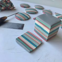 Yuhr-bullseye cane tute what it Fimo Polymer Clay, Polymer Clay Miniatures, Polymer Clay Projects, Polymer Clay Creations, Clay Crafts, Polymer Clay Jewelry, Handmade Polymer Clay, Diy Clay Earrings, Keramik Design